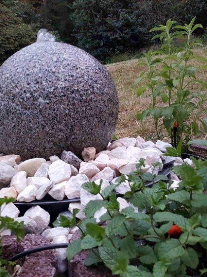 Granit-Quell-Kugel, gestockt, d: 30 cm